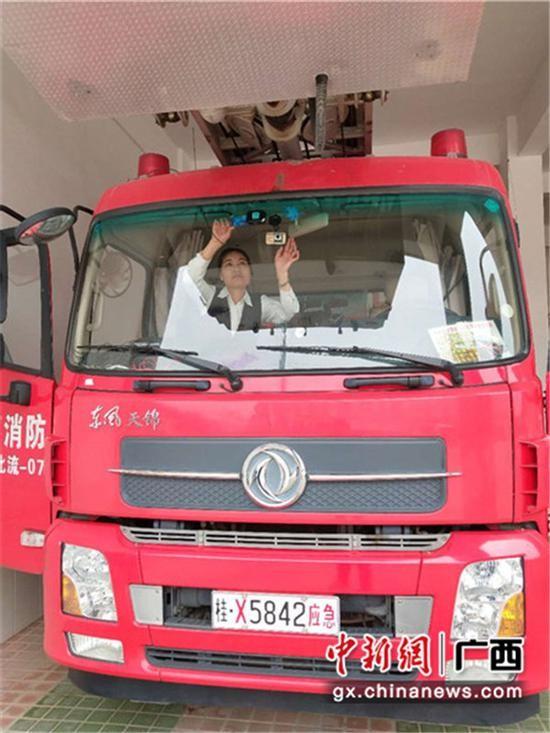 邮储银行工作人员在安装ETC